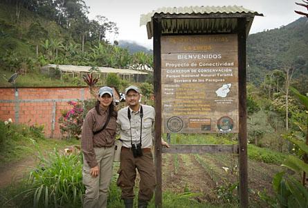 Här står Miguel Jaramillo från Rädda Regnskog med sin fru Jocelyn Vasquez framför ett jordbruk som samarbetar med Serraniagua. Organisationen Serraniagua jobbar i regionen El Cairo med projekt i olika gårdar som leder till självförsörjning och skydd av skog.